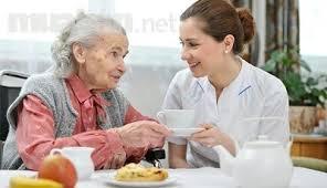 Giúp việc chăm người già rất phổ biến hiện nay