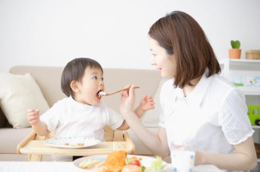 Cách giúp cho em bé sớm quen với cô giúp việc gia đình