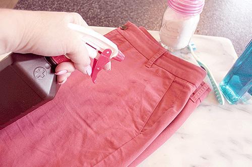 Dùng oxy già xịt lên vết dầu mỡ bám trên quần áo màu