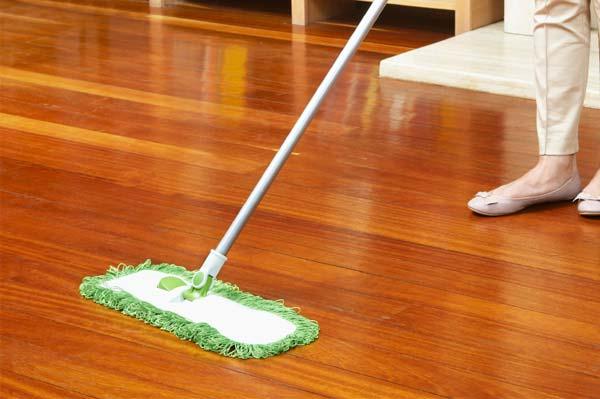 Cách làm sàn gỗ sạch và sáng bóng đơn giản